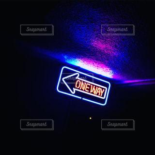 一時停止の標識が夜間ライトアップの写真・画像素材[881000]