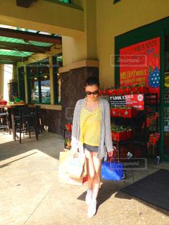 スーパーで買い物する女性の写真・画像素材[882100]