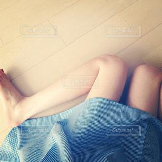 青いサマードレスの女性の写真・画像素材[882529]