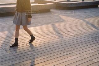 歩く女性の写真・画像素材[882716]