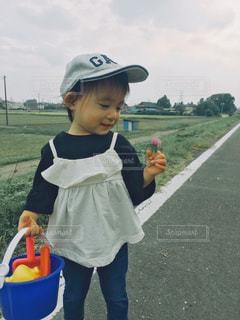 草の中に立っている小さな女の子 - No.802559