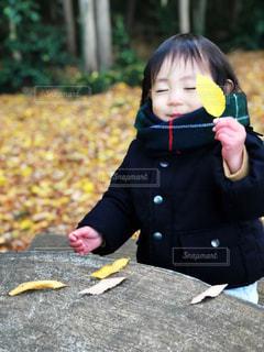 バナナを保持している小さな女の子の写真・画像素材[901164]