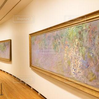 壁に掛かっている絵の写真・画像素材[881186]