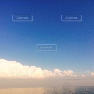 空には雲のグループの写真・画像素材[881197]