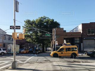 街で黄色のスクールバスの写真・画像素材[881480]