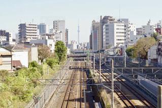 市内でトラックに大きな長い列車の写真・画像素材[885238]