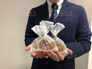 プレゼントをもらうスーツの男性の写真・画像素材[1812112]