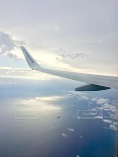 大型航空機を空中に高く飛ぶの写真・画像素材[881628]