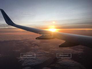 水の体の上に飛んでいる飛行機の写真・画像素材[881629]
