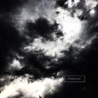 白黒の空、雲の写真・画像素材[882810]