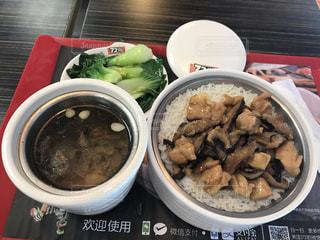 香港で鶏肉と椎茸の丼の写真・画像素材[881872]