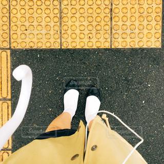 点字ブロックと足の写真・画像素材[881977]