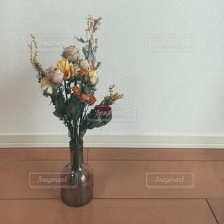 テーブルの上に座っての花で一杯の花瓶 - No.882000