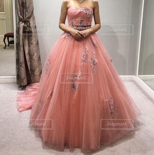 ピンクのドレスの女性の写真・画像素材[1155049]