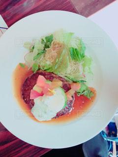 テーブルの上に食べ物のプレートの写真・画像素材[896402]