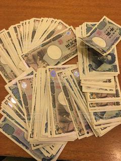無造作に置かれたお金の写真・画像素材[882184]