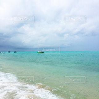 海の横にある水の体の写真・画像素材[886050]