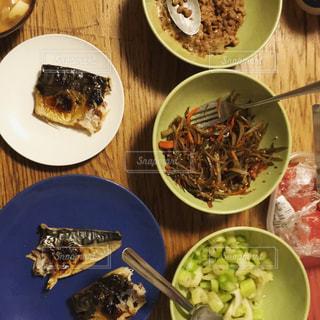 テーブルの上に食べ物のボウル - No.882370