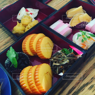 おせち料理・テーブルの上に食べ物の種類でいっぱいのボックス - No.882552