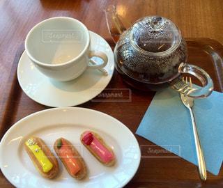 紅茶とエクレアの写真・画像素材[884650]