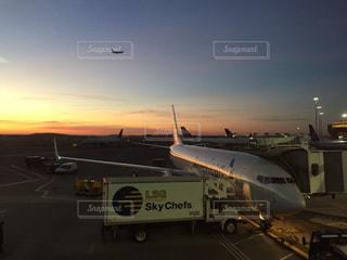 明け方の空。離陸準備している飛行機と飛び立った飛行機。の写真・画像素材[882550]
