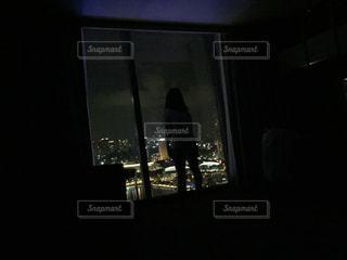 暗い部屋でお化けごっこの写真・画像素材[1074489]