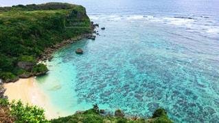 水の体の真ん中に島の写真・画像素材[882592]