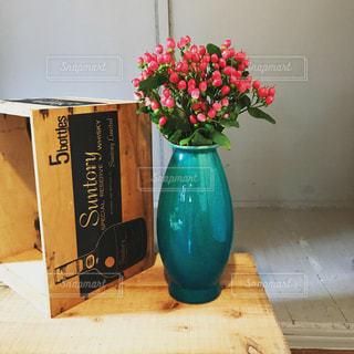 テーブルの上の花瓶の写真・画像素材[882843]