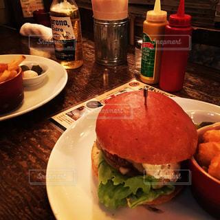 ボリューミーなハンバーガーの写真・画像素材[883345]