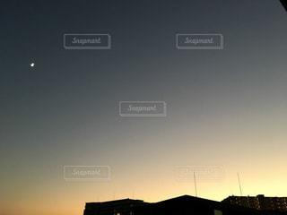 街に沈む夕日の写真・画像素材[883693]