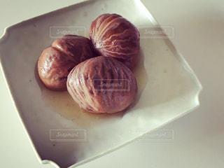 近くに皿にドーナツのアップの写真・画像素材[884005]