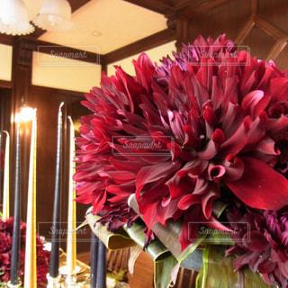 テーブルの上のピンクの花で一杯の花瓶の写真・画像素材[886557]