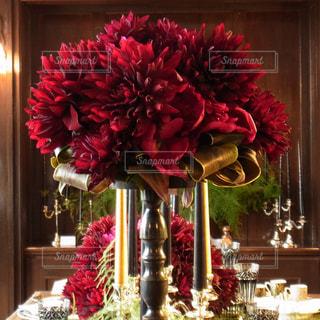 テーブルの上の花の花瓶の写真・画像素材[887083]