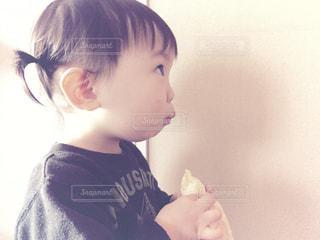 バナナを食べるの写真・画像素材[893021]