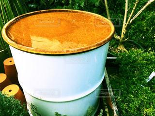 水を張るドラム缶の写真・画像素材[896259]