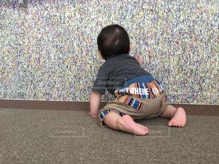 地面に座っている小さな男の子 - No.920546