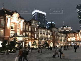 ライトアップされた東京駅の写真・画像素材[883447]