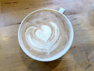 木製テーブルの上のコーヒー カップの写真・画像素材[948477]