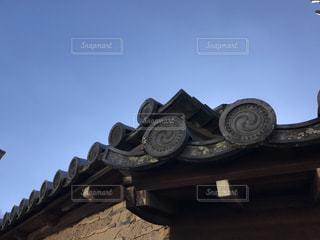 青空と瓦屋根の写真・画像素材[884093]