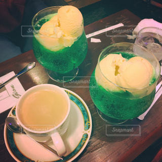 テーブルの上のコーヒー カップの写真・画像素材[884173]