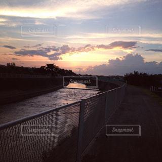 川沿いの夕日の写真・画像素材[884178]