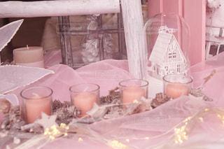 テーブルの上のピンクの花で満ちているミキサー - No.1036892