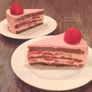 皿の上のケーキの写真・画像素材[1381647]