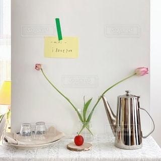 テーブルの上の花の花瓶の写真・画像素材[1860291]