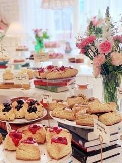 テーブルの上のケーキたちの写真・画像素材[1868958]
