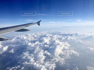 雲の上、空の中の写真・画像素材[884841]