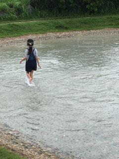 水遊びする子供の写真・画像素材[884707]