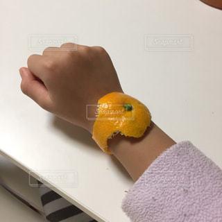 みかんの皮で腕時計の写真・画像素材[903339]
