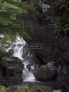 岩の横にある大きな滝の写真・画像素材[886449]
