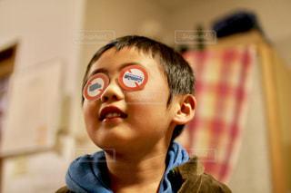 ひょうきんな男の子の写真・画像素材[884783]